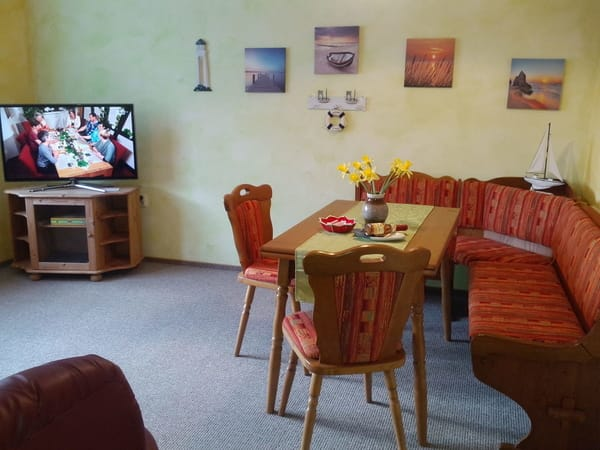 Wohnzimmer mit Ess-u. Couchecke, Smart TV