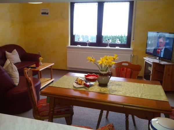 Das Wohnzimmer mit Ess-u. Couchecke, Smart TV
