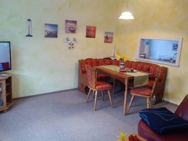 Wohnzimmer mit Eßecke und Durchreiche