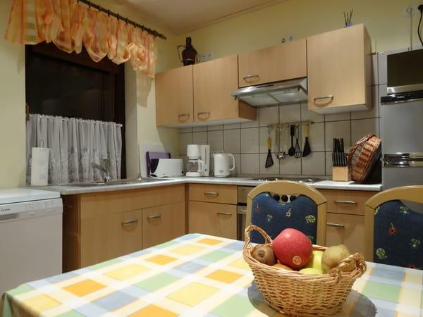Küche mit Kühl-/ Gefrierschrank, Herd mit Backofen, Geschirrspüler, Mikrowelle, Toaster, Kaffeemaschine