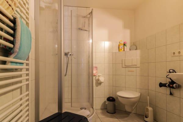 Bad mit Dusche/ WC und Föhn