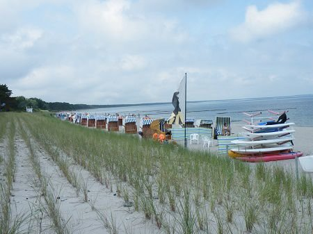 Strandkorbverleih und Wassersport am Sandstrand von Glowe