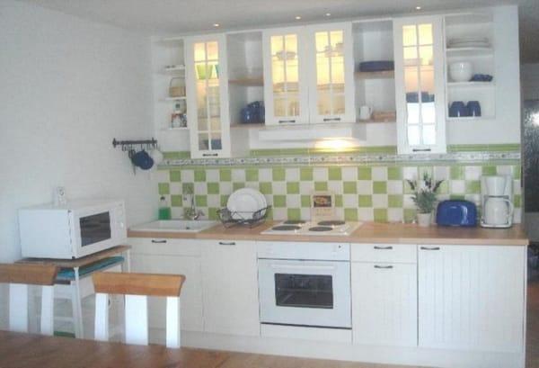 Küchenzeile mit allen Geräten und reichlich Geschirr