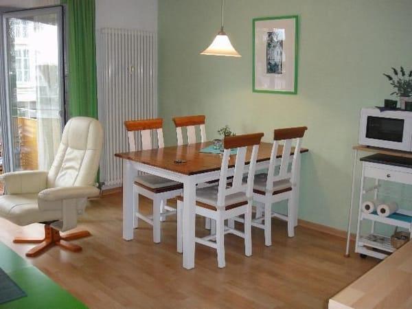 Esstisch (der Sessel musste ausgetauscht werden, nun wie obiges Bild)