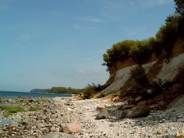 Naturbelassene Steilküste in Glowe hinter dem Hafen