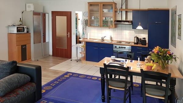 Mikrowelle, Tür zum Flur, Küchenzeile und Essbereich