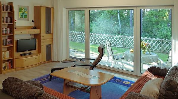 Wohnzimmer mit Schrankwand / LCD-TV und DVD-Player