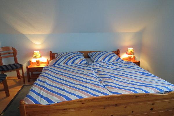 Das 1. Schlafzimmer im 1. Stk. mit 1 Doppelbett, das 2 m lang ist. Der Kleiderschrank ist leider nicht zu sehen.