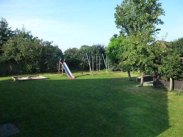 Dies ist unser Garten mit Spielplatz