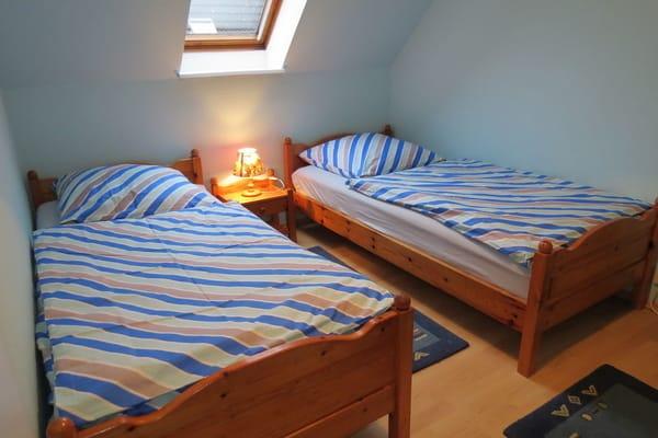 Das Schlafzimmer 2 im 1.Stk. Es hat 2 2m lange Einzelbetten.