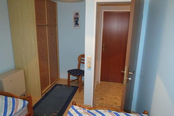 Schlafzimmer 2 im 1.Stk. Sie sehen den Kleiderschrank.