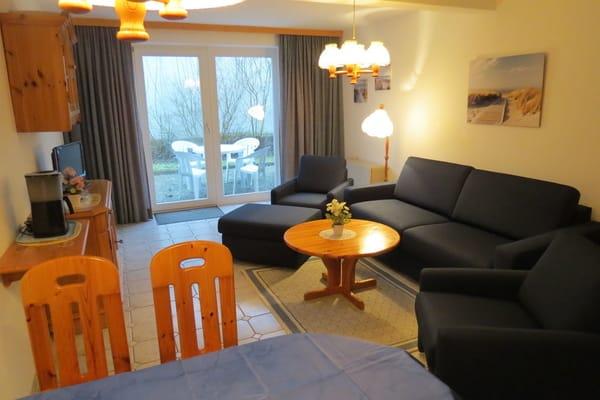 Die Sofaecke im Wohnzimmer mit Blick auf die Südterrasse.