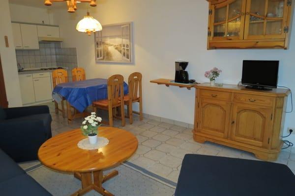 Auf diesem Foto sehen Sie die Eßecke und die Küchenzeile. Die Küche ist offen zum Wohnzimmer.