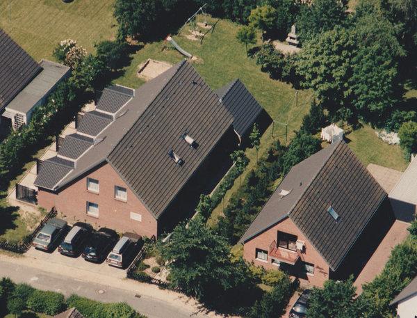 Unsere Ferienwohnungen von oben. Das Ferienreihenhaus D ist das Endhaus im linken zum Garten.