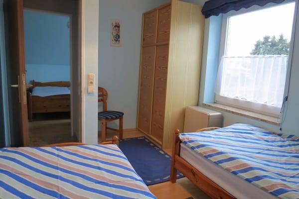 Im Schlafzimmer 2 steht natürlich auch ein Kleiderschrank.