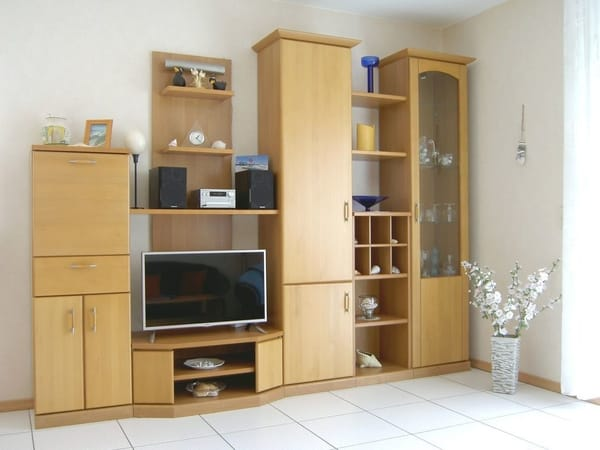 Wohnzimmer mit Sat-TV und Stereoanlage