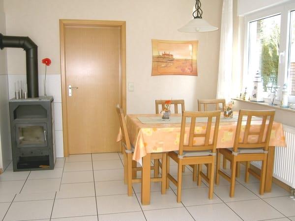Essbereich im Wohnzimmer mit Kaminofen