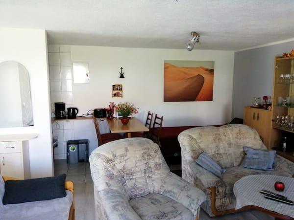 im Wohnzimmer integrierte Küche mit Essmöbeln