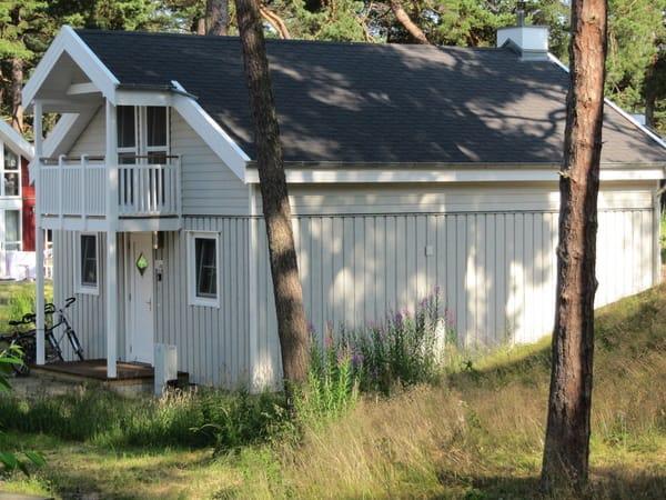 Hauseingang mit kleinem Balkon vor den oberen Schlafzimmern