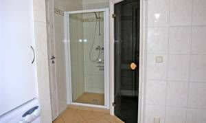 Sauna und Dusche im Bad Erdgeschoss