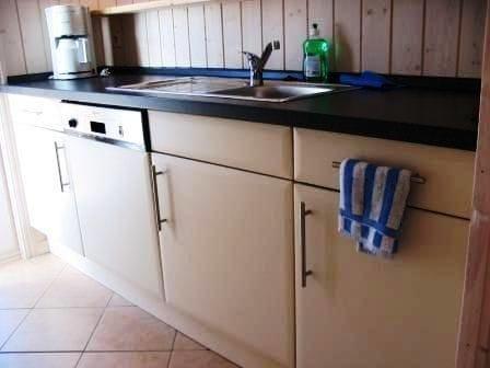 Küche rechts - gegen die Theke fotografiert