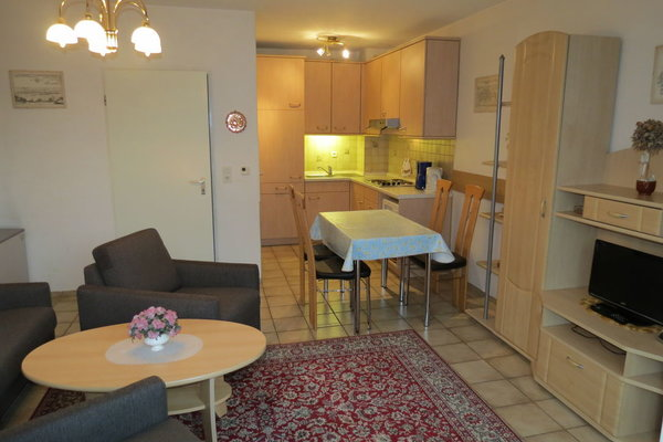 Die Küche ist offen zum Wohnzimmer. Das Foto wurde von der Sofaecke aufgenommen.