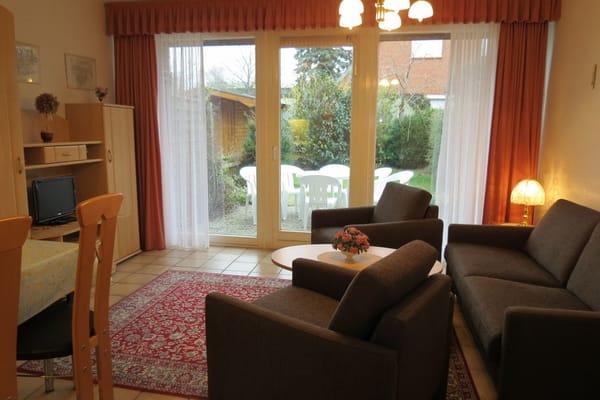 Wohnzimmer mit SAT-TV und Südterrasse