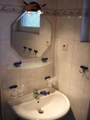 Neuwertiges Duschbad mit Fenster