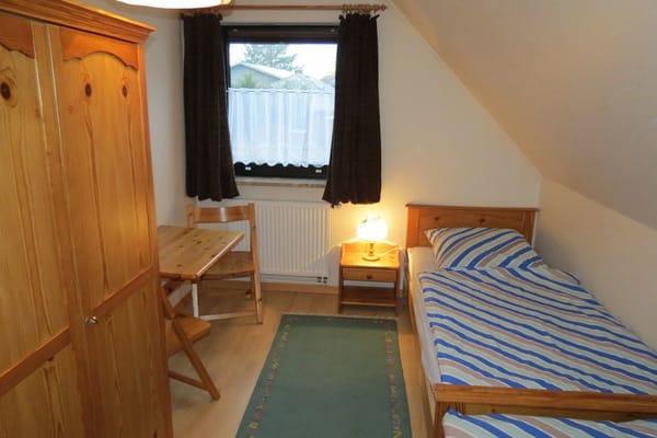 Dies ist das 1. Schlafzimmer, von der Tür Richtung Fenster aufgenommen. Die Betten sind 2 m lang.  Ein Kinderreisebett kann auf Wunsch zugestellt werden.