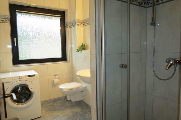 Duschbad mit Waschmaschine und Fenster