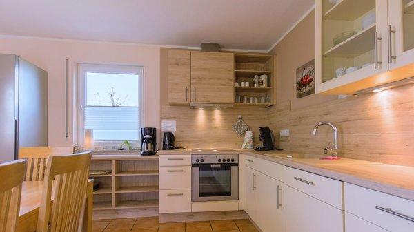 Küche mit neuer Kühl-Gefrierkombi, Mikrowelle