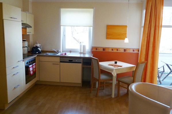 Küchenzeile mit Spülmaschine, 4-Platten-Ceranfeld, Backofen, Kühlschrank, Kaffeemaschine, Wasserkocher, Toaster u.v.m.