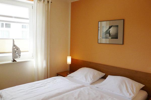 Schlafzimmer mit Komfort-Hotelboxspringbett und spezieller Bandscheiben-Federkernmatratze (1,60 m x 2 m) für einen besonders erholsamen Schlaf, Kleiderschrank, Kommode, 2 Nachttische
