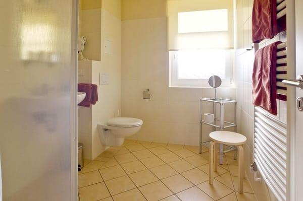 Bad mit ebenerdiger Dusche, WC, Fußbodenheizung, Handtuchwärmer, Fön