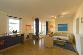 Wohnzimmer mit Leseecke, Couch und Sessel, LCD-SAT-TV, CD-/Radio-Stereoanlage, Internetzugang