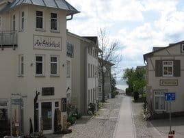 Villa Am Steinbach mit eigener Kunstgalerie, Blick in die Rosenstraße und zur Ostsee
