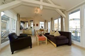 Großes Wohn-/Esszimmer im Dachgeschoss mit bequemer Couch, Sessel, LCD-TV mit DVD-Player, Radio/CD, Fußbodenheizung, 2 Dachterrassen mit seitlichem Ostseeblick