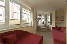Schlafzimmer mit 2 Einzelbetten, Kleiderschrank, Sitzecke im Erker, SAT-TV