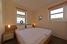 Schlafzimmer mit Komfort-Hotelboxspringbett und spezieller Bandscheiben-Federkernmatratze für einen besonders erholsamen Schlaf, Kleiderschrank, Kommode, 2 Nachttische
