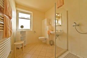 Modernes und komfortables Bad mit ebenerdiger Dusche, WC, Fußbodenheizung, Handtuchwärmer, Fön