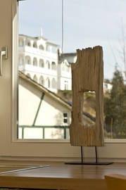 Stillleben am Fenster, im Hintergrund Bäderarchitektur der umliegenden Häuser