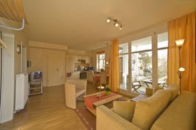 Wohnzimmer mit bequemer Couch, LCD-SAT-TV, CD-/Radio-Stereoanlage, Internetzugang