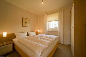 Schlafzimmer mit Komfort-Hotelboxspringbett (1,60 m x 2 m) und spezieller Bandscheiben-Federkernmatratze für einen besonders erholsamen Schlaf, Kleiderschrank, Kommode, 2 Nachttische