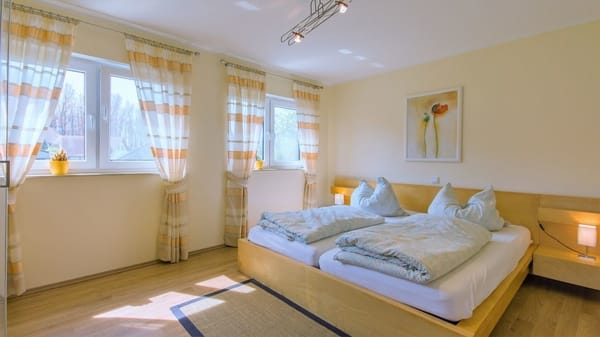 Schlafzimmer 180x200 Bett mit Zugang zum grossen Badezimmer