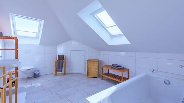 grosses Bad mit Wanne und Dusche/WC