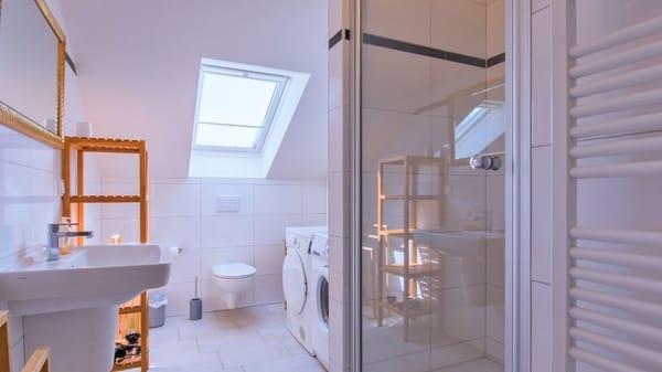 Kleines Bad mit Dusche, Waschmaschine +Trockner