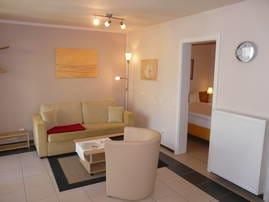 Wohnzimmer mit Couch und Sessel, LCD-SAT-TV, CD-/Radio-Stereoanlage, Internetzugang, Fußbodenheizung