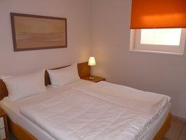 Schlafzimmer mit Komfort-Hotelboxspringbett und spezieller Bandscheiben-Federkernmatratze (1,60 m x 2 m) für einen besonders erholsamen Schlaf, Kleiderschrank, Kommode, 2 Nachttische, Fußbodenheizung