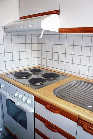 Küche mit Backofen, Spüle ...