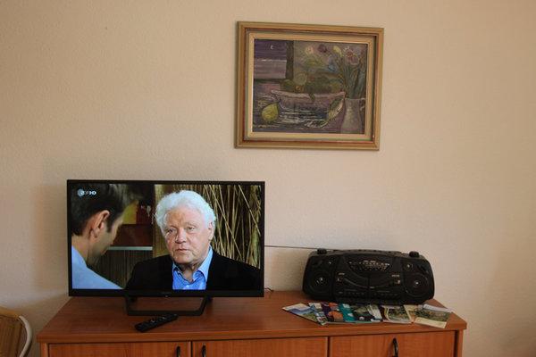 TV-Flachbildschirm und Radio